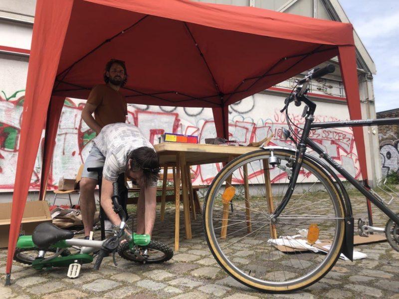 Fahrradreperatur unter einem Zelt
